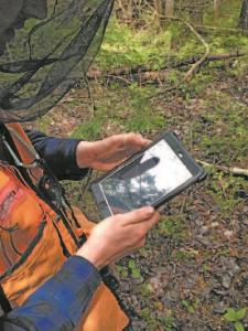 Un membre de l'équipe de Canards Illimités travaille sur une cartographie représentant les milieux humides de la ZGIE.