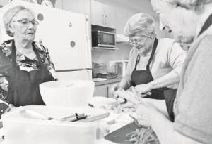 À la cuisine collective, tout le monde met la main à la pâte pour cuisiner de bons petits plats.