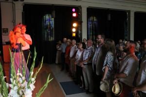 Nancy Roy a fait participer le public à son spectacle de multiples façons. Ici, un spectateur a eu la chance de danser avec elle.