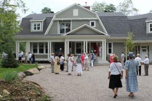Les hôtes Jean-François Garneau et Sylvie Blanchette ont accueilli avec une grande générosité l'ensemble des spectateurs dans le jardin de leur domicile, situé dans le domaine du Haut Sain-Garmin à Prévost.
