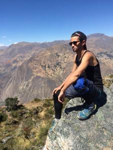 Philippe Côté lors d'une randonnée pédestre sur le site de ruines pré-Incas