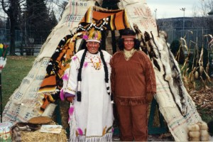 Deux Indiennes l'accompagnaient, sa femme et sa cousine Mina. Ensemble, ils s'appropriaient le grand terrain devant la maison d'une famille habitant sur la rue Principale.