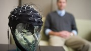 Photo : Michigan State University | Matthew Pontiflex et ses collègues utilise un casque EEG afin de capter les activités du cerveau.