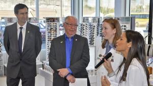 M. François Coutu, président et chef de la direction du Groupe Jean Coutu et le maire Germain Richer sensible aux propos encourageant des mesdames Annie Bélanger et Joëlle Rhéaume-Majeau les deux pharmaciennes propriétaires qui ont soutenu ce projet majeur d'agrandissement.