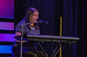 Lydia Sutherland Chanson : Quelqu'un – Composition personnelle et jouait elle même au piano Elle a su captiver la foule par ses paroles et sa voix et elle a obtenu une ovation debout.