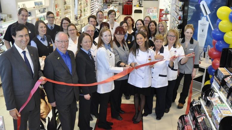 Les pharmaciennes propriétaires Annie Bélanger et Joëlle Rhéaume-Majeau et leur joyeuse équipe inaugurant l'ouverture de la nouvelle pharmacie Jean Coutu.