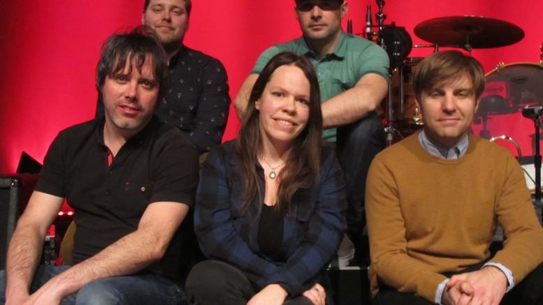 Photo : Joanis Sylvain; Pierre-Luc Boisvert, Alexandre Parr, Charles Dubreuil et Simon Proulx du groupe Les trois accords, encadrent notre journaliste Lyne Gariépy.