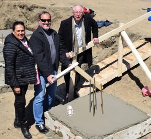 En accord avec la tradition, M. Perez et son épouse Moeata, en compagnie de Germain Richer maire de Prévost, mette en place la première pierre, scellant ainsi les plans de l'édifice dans le béton.