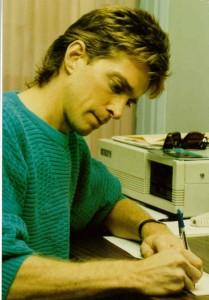 On travaillait sur des ordis avec «floppy disk». Première génération d'ordinateur avec lesquels j'ai travaillé. On n'était même pas en réseau. Il fallait transférer nos textes avec notre «floppy disk» sur un ordinateur central…