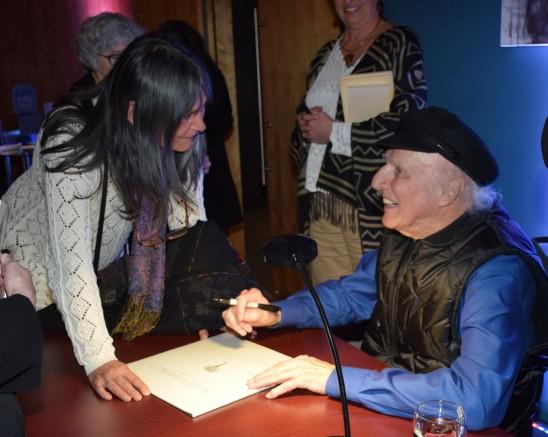 Photo : Michel Fortier. Carole Bouchard, très émue de faire autographier par Gilles Vigneault la pochette du dernier disque vinyle Vivre debout
