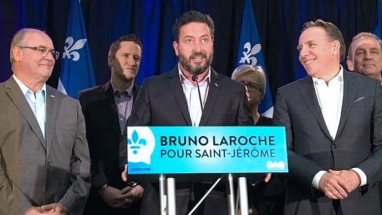 Photo Thomas Verville – Entouré de plusieurs députés de la CAQ, Bruno Laroche a prononcé un discours lors de la conférence de presse du 16 juin à Saint-Jérôme.