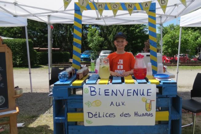 Délices des huards : Étienne Duranleau Les délices des huards, entreprise fondée par Simon, proposaient de la limonade afin de désaltérer les participants.