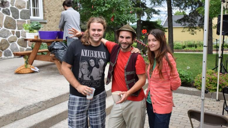 Les organisateurs Benoit Davidson (centre) et Noémi Thébalt (droite) accompagnés de Vincent Bell, technicien du son (gauche).