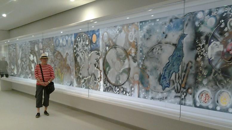 L'Hommage à Rosa Luxembourg est la plus grande œuvre jamais réalisée par Jean-Paul Riopelle. Il s'agit d'une séquence de 30 tableaux intégrés en un triptyque d'une longueur de 40 mètres. Riopelle entreprend la réalisation de cette immense composition à son atelier de l'Île-aux-Oies en novembre 1992, après avoir appris la mort à Paris de son ancienne compagne, la peintre américaine Joan Mitchell, avec qui il a partagé sa vie pendant près de 25 ans.
