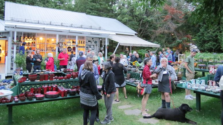 Photo: Gabrielle Girard; Le 8 juillet dernier l'inauguration officielle de la 28e édition des 1001 pots était lancée en présence des exposants.