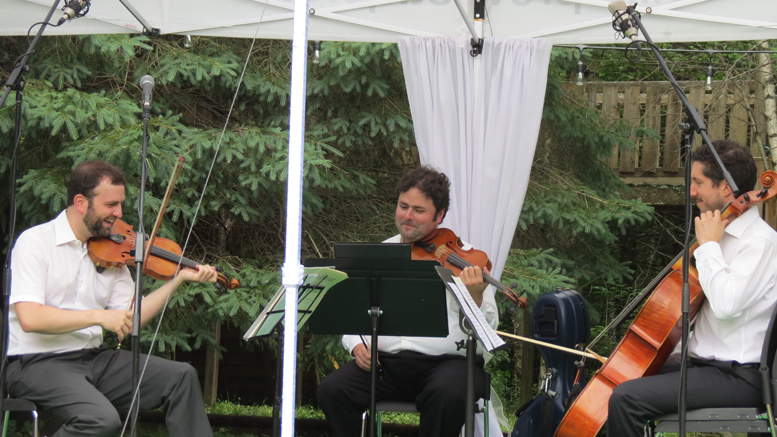 Trio Francesco Zappa : Alexandra Girard. Le Francesco Zappa trio a offert une prestation musicale haute en classiques de la fin du 18e siècle dans le jardin privé de Lyne Lange.