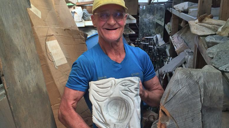 Photo : Jasmine Valiquette; Michel Charpentier, l'homme qui sculpte les pierres.