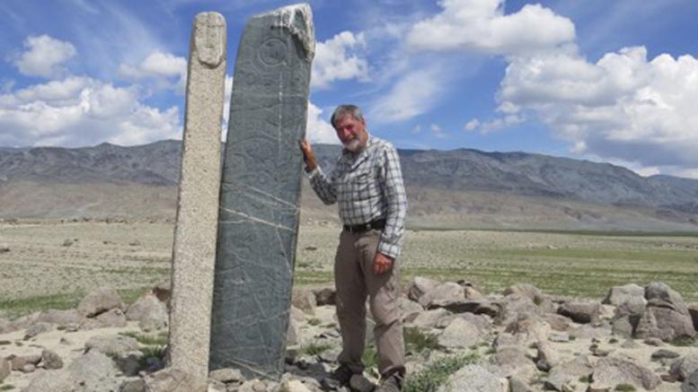 Marc-André Morin sur un Kurgans qui peut avoir cinq mille ans, il s'agirait de tumulus funéraire surmonté de pierres gravées. Ces pierres indiquent que ses habitants avaient domestiqué le cheval il y a 5 000 an. À part ça, la science n'en sait pas beaucoup plus.