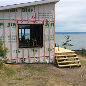 Photo : Jasmine Valiquette; Il s'est fait construire, une mini-maison, tout près du bord du fleuve qu'il appelle «sa pièce d'écriture».
