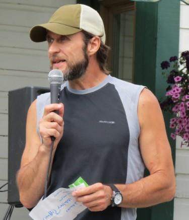 Photo: Élise Paquin; Martin Coulombe, organisateur de la Pandora24 et grand marathonien, était présent lors du départ de la course.
