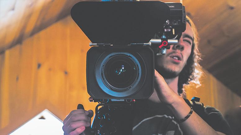 Photo : Laurent Dansereau; Maximilien Rolland lors de la visite au studio Shoot Films, à Morin-Heights, dans le cadre du camp de jour « Prévost dans ta caméra ».