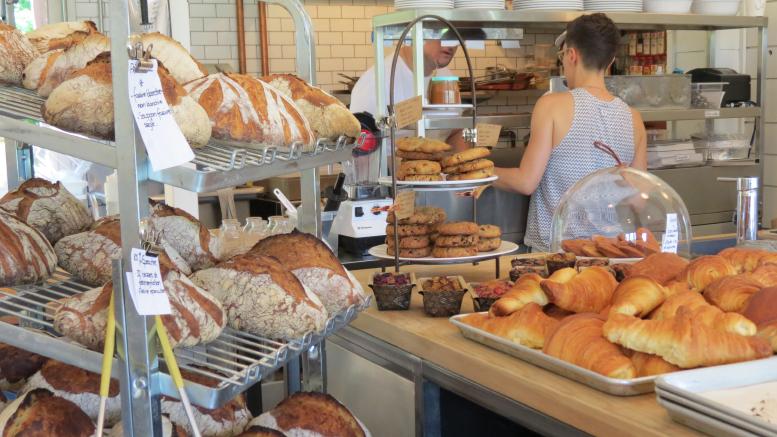 Photo: Alexandra Girard ; Sur le comptoir de la boulangerie Merci la vie, sont déposés des pâtisseries et des pains qui donnent l'eau à la bouche.