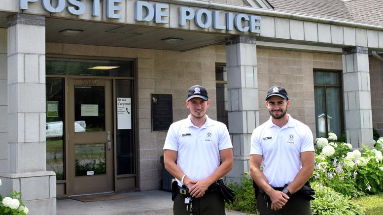 Photo: Félix Larose-Tarabulsy; Philippe Béland à Gauche et Charles Carrière à droite, devant le poste de police de Rivière-du-Nord.