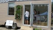 Élise Paquin  : Sur place il était possible de visiter une mini-maison, conçue par Ma maison logique, qui était munie d'un mur végétal et d'une grande fenestration pour agrandir l'espace.