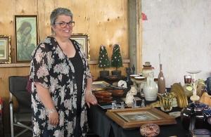 Photo: Lyne Gariépy; La sympathique Patricia Roy, dans son kiosque d'antiquités ou d'objet de deuxième vie.