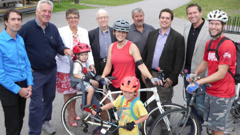 Photo: courtoisie; Personnes présentes à la vieille gare de Labelle lors de l'allocution du député David Graham. La famille à l'avant de la photo venait de Toronto et était en vacances dans la région.