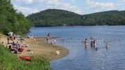 Photo : Alexandra Girard; La plage du lac Raymond, à Val-Morin, lac qui est traversé par la rivière du Nord.