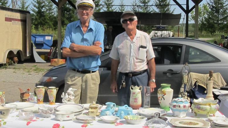 Photo : Lyne Gariepy; M. Arthur Samson à gauche et Lucien Daoust avec leur porcelaines..