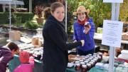 Le kiosque du collectif Bouffe ta ville offrait une grande variété de produits dont les fruits ont été cueillis et transformés par les équipes bénévoles.  Crédit : Michel Fortier