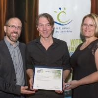 Photo : Lucien Lisabelle; 1-François Desrochers, coordonnateur Télé-Québec Outaouais-Laurentides; Simon Roy, lauréat du Prix Excellence; Gisèle Henniges, administratrice au CCL.