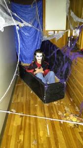 Photo: Valérie Lépine ; Dracula attendait patiemment les enfants.
