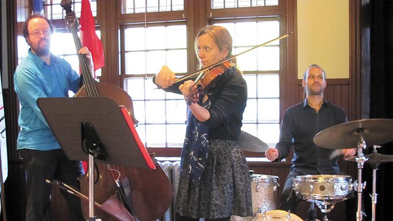 Photo de Lyne Gariépy; Formé de Jean-Félix Mailloux à la contrebasse, Marie-Neige Lavigne au violon, ainsi que Zya Tabassian aux percussions et au vibraphone.