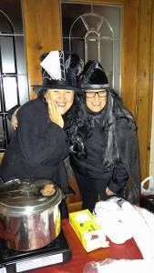 Photo: Valérie Lépine; Deux sorcières servaient la soupe aux visiteurs