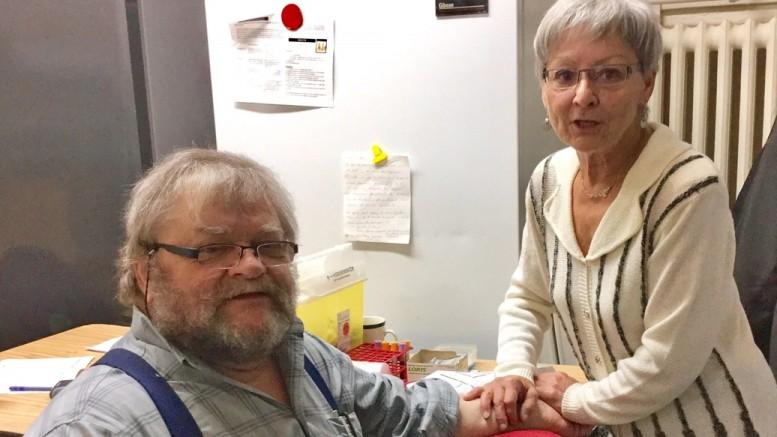 Photo: courtoisie ; Le 9 novembre 2016, Garde Rita Portelance «piquait» son dernier patient, Gilles Pilon, à la Maison d'entraide de Prévost après plus de 36 ans d'activité !