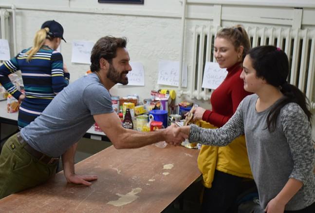 Le porte-parole Guillaume Lemay-Thivierge vient donner son coup de main à la Maison et profite se son passage pour saluer les bénévoles.  Photo : Michel Fortier