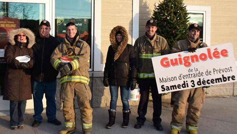 Les pompiers de Prévost ont amassé la rondelette somme de 3276,75$ au Marché IGA-Piché.  Photo : Michel Fortier