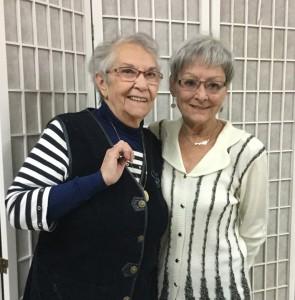 Photo: Gilles Pilon; Au fil des ans, Rita (à droite) a pu compter sur de nombreuses collaboratrices lors des prises de sang à la Maison d'entraide de Prévost. On la voit ici avec Aline Tourville. Rita tient à remercier toutes ces femmes qui se sont impliquées dans ce service à la population.