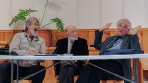 Photo: Luc Brousseau; Pierre Amesse (au centre) du comité Renaissance avait l'agréable tâche de permettre au deux conférenciers d'échanger leur point de vue: à gauche, Michel Fortier et à droite Claude Vigneau.