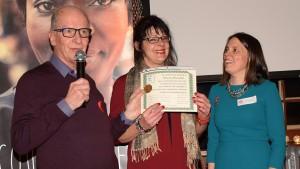 Photo: Michel Fortier; Mme Johanne Desautels recevait des mains des Drs Jean Robert et Julie Tremblay, le certificat de guérison de son hépatite C, un long combat qui témoigne de sa persévérance.