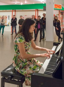 Photo : Lucien Lisabelle;  Karen Tam au piano lors du vernissage de l'exposition SHEEN-WAH-ZREE.