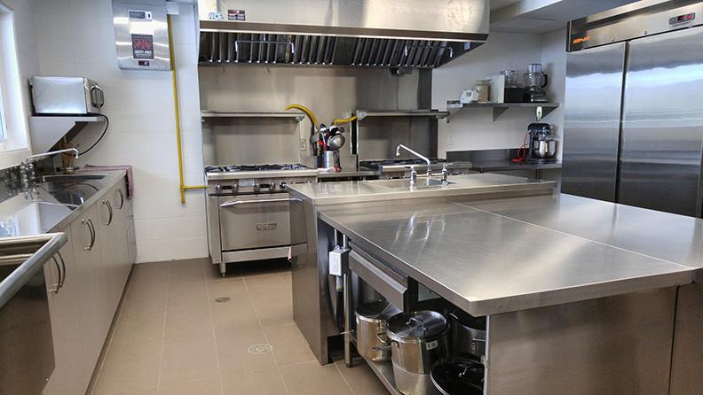 L'immense cuisine communautaire moderne à la disposition des locataires