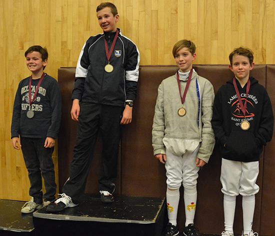 Samuel Delattre sur la 3e marche du podium de la 1ère division, catégorie sabre masculin moins de 13 ans / Photographe: Thierry Delattre (courtoisie)