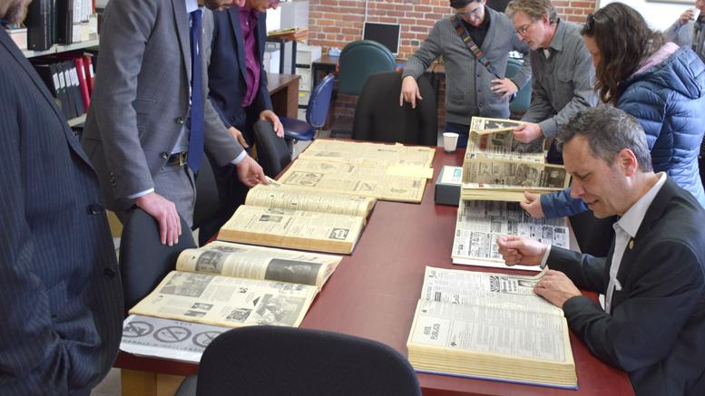 Les personnes présentes à la conférence de presse étaient invitées à consulter une toute petite partie des archives de la Société d'histoire. Photo : Michel Fortier