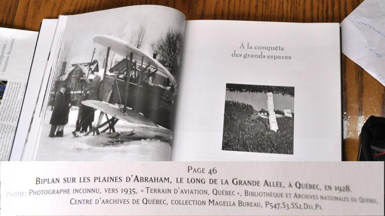 Claude tombe pas hasard sur ce livre « Aventures aériennes 1910 à 1960 » ou il découvre que la famille Duchaîne avait rencontré Lindbergh et son biplan sur les plaines d'Abraham vers 1935. Sur la photo, le grand-père Alexandre Duchaîne apparaît à l'avant-plan.