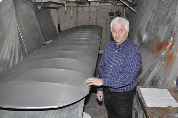 La deuxième aile, fraîchement peinte, est dans son garage transformé en atelier de réparations pour l'occasion Photo Michel Fortier