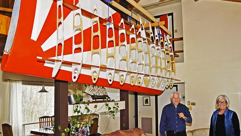 Une aile de l'avion est suspendue à la mezzanine, dans son salon, toute repeinte, en attente d'être installée. Devant l'aile, on remarquera le squelette d'une autre aile, un projet à venir. Photo Michel Fortier